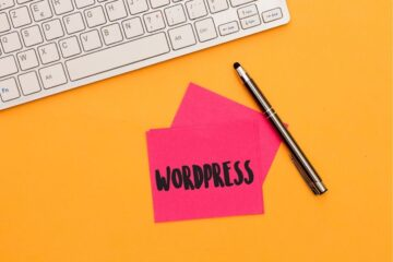 klawiatura, ołówek i karteczka z napisem wordpress