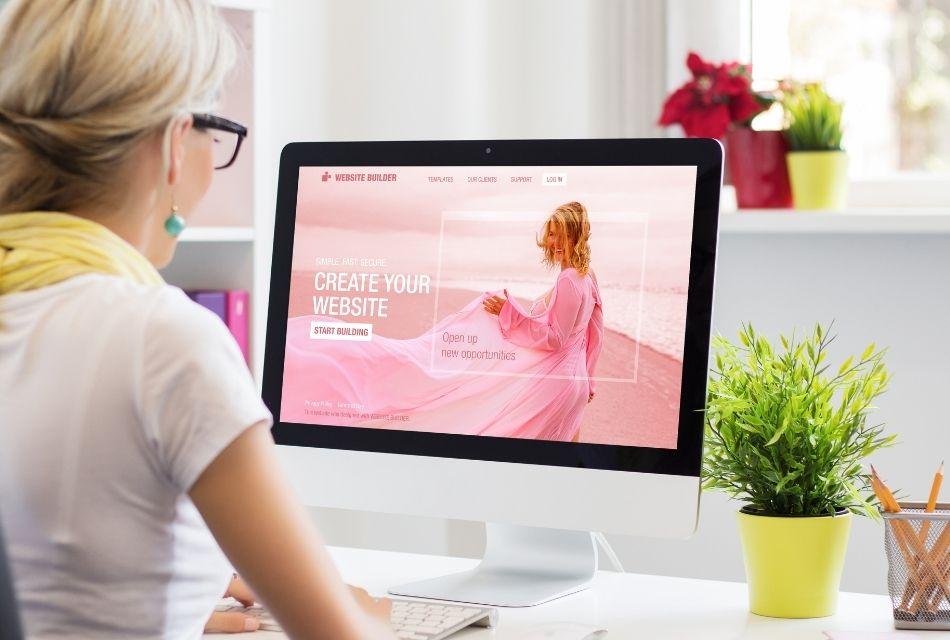 kobieta siedząca przed komputerem